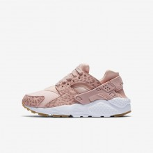762HPRJN Girls Coral Stardust/Gum Light Brown/White/Rust Pink Nike Huarache SE Lifestyle Shoes