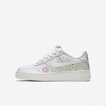 890GOUPE Boys Summit White/Habanero Red/Kinetic Green Nike Air Force 1 Pinnacle QS Lifestyle Shoes